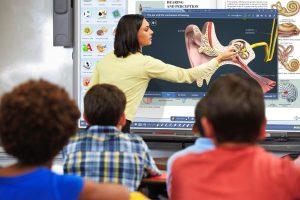 Insegnante scrive sulla LIM